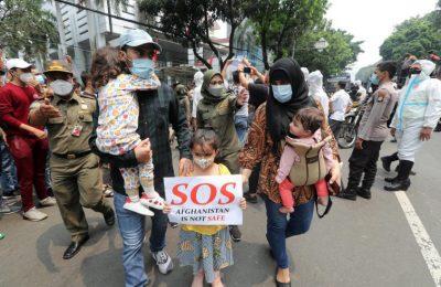 """Afghanistan manifestazione di civili con donne e bambini mostrano scritte """"S.O.S. afghanistan is not safe"""